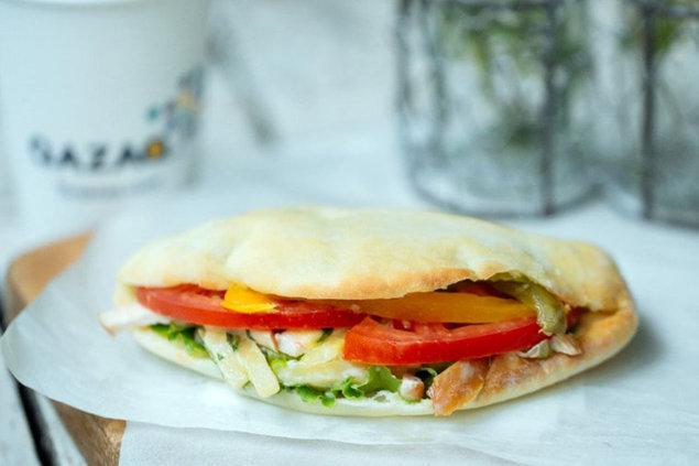 Qazaq Air - Сэндвич с копченной куриной грудкой.jpg