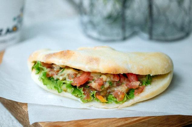 Qazaq Air - Вегетарианский сэндвич с соусом баба гануш.jpg