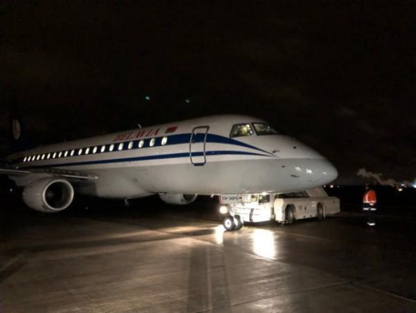 Самолёт «Белавиа» приземлился в Пулково с неисправным шасси.jpg